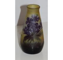 Vase violet-jaune, signé GALLÉ. Décor floral.