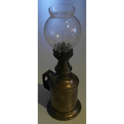 Lampe à pétrole, signée CHUIT. Lyon.