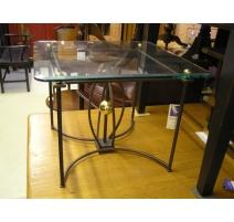 Table carrée, pied en en fer forgé et laiton