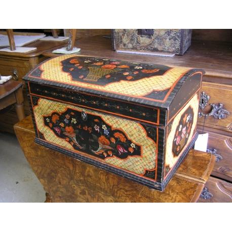 Coffre peint en bois r sineux sur moinat sa antiquit s for Coffre a bois cheminee