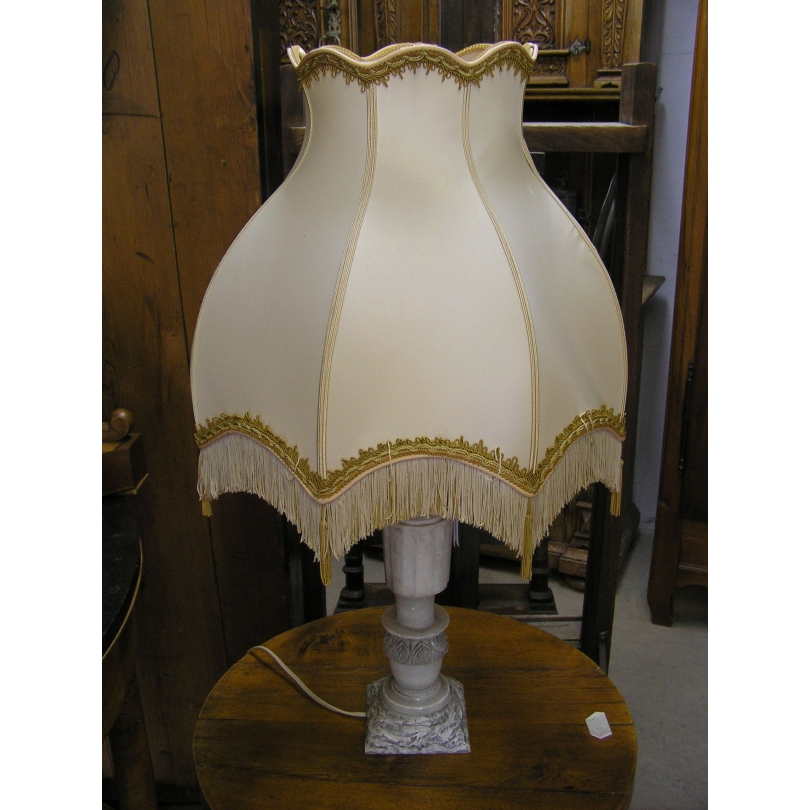 Table lamp with lampshade in alabaster