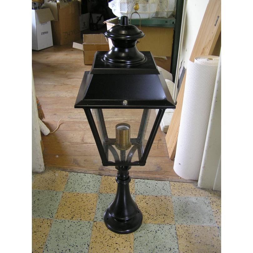Lanterne sur pilier noire avec socle en