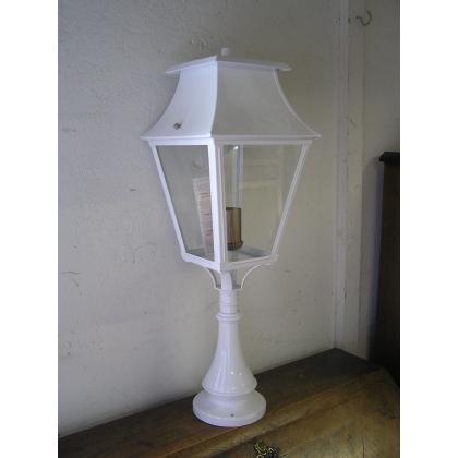 Lanterne borne sur pilier blanche,