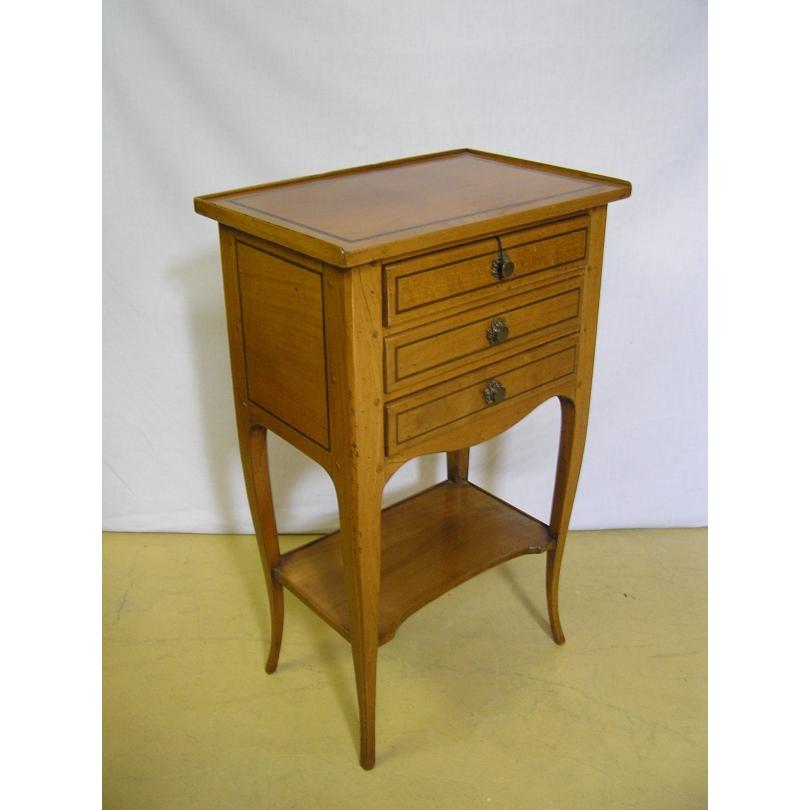 Table de chevet à 3 tiroirs modèle