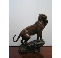 """Bronze """"Lionne avec un lapin dans la"""