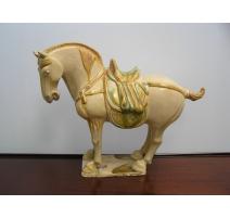 Petit cheval sur socle en terre cuite
