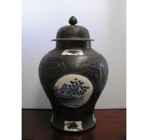 """Jarre """"Temple"""" en porcelaine noire,"""