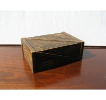 Boîte rectangulaire en pierre sculptée