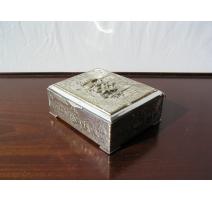 Boîte en métal argenté, décor repoussé