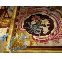 Tapis Savonnerie avec motif Louis XIV.