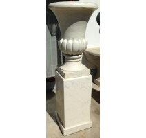 Pair of urns in white marble on pedestals