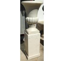 Paire d'urnes en marbre blanc sur socles