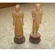 Paire de personnages en bois sculpté