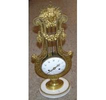 """Pendule Louis XVI """"Lyre"""" en bronze doré"""