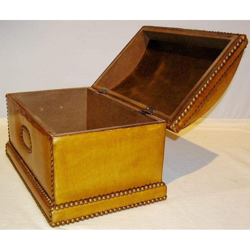 coffre en cuir brun sur moinat sa antiquit s d coration. Black Bedroom Furniture Sets. Home Design Ideas