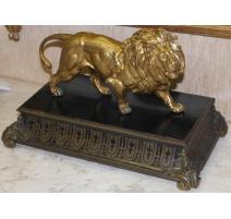 Lion en bronze doré sur socle en marqueterie
