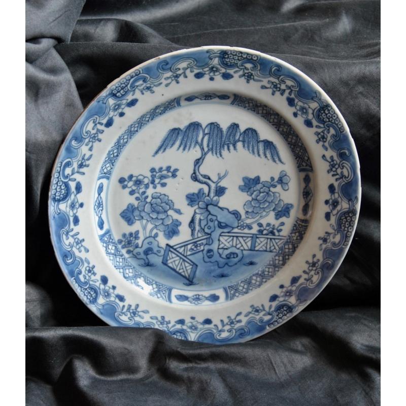 assiette en porcelaine bleu blanc sur moinat sa. Black Bedroom Furniture Sets. Home Design Ideas