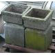 Paire de socles carrés, en pierre moulée.