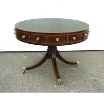 Table tambour. Dessus cuir vert.