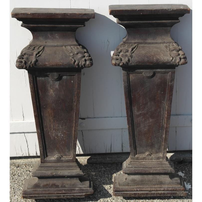 Paire de colonnes en bois sculpté noirci