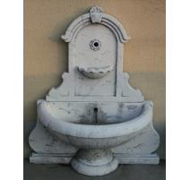 Fontaine en pierre moulée marquée A.
