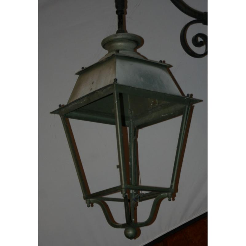 lanterne avec potence en fer forg sur moinat sa antiquit s d coration. Black Bedroom Furniture Sets. Home Design Ideas