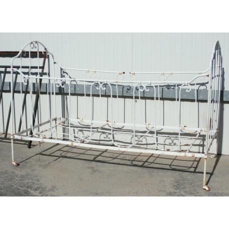 lit d 39 enfant en fer forg blanc sur moinat sa antiquit s. Black Bedroom Furniture Sets. Home Design Ideas