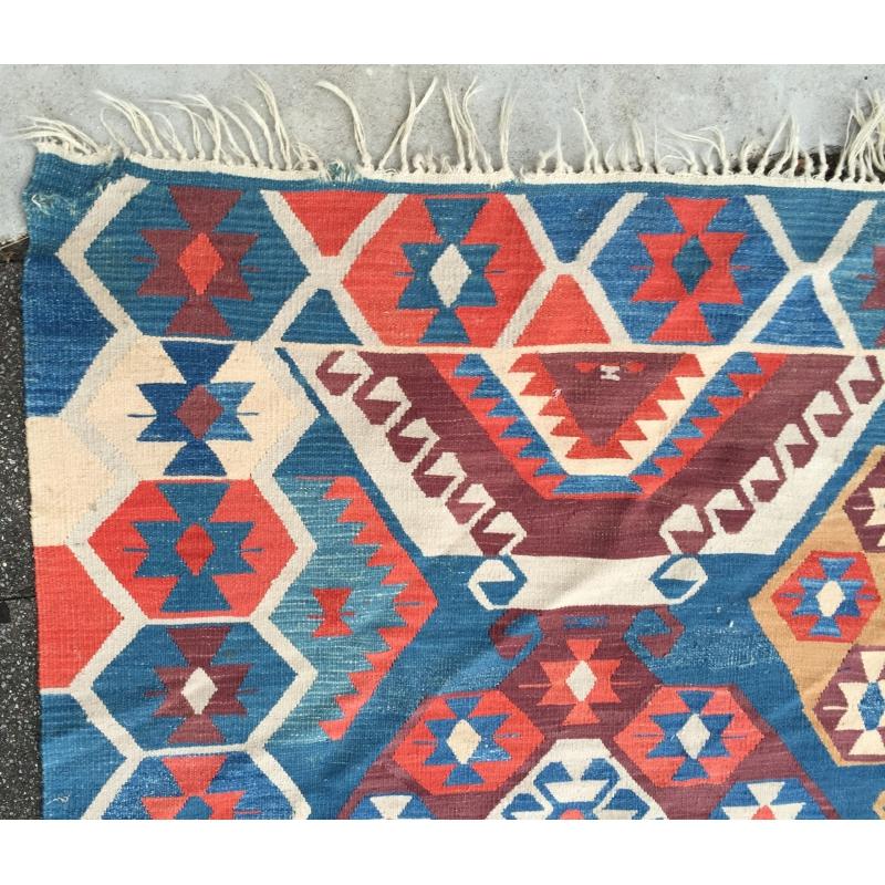 tapis kilim bleu et rouge sur moinat sa antiquit s d coration. Black Bedroom Furniture Sets. Home Design Ideas