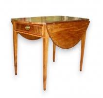 Ovaler tisch mit klappen. Filets von intarsien.