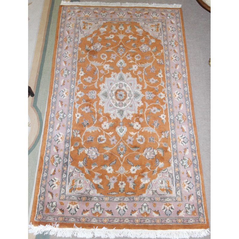tapis pakistanais orange et rose sur moinat sa antiquit s d coration. Black Bedroom Furniture Sets. Home Design Ideas
