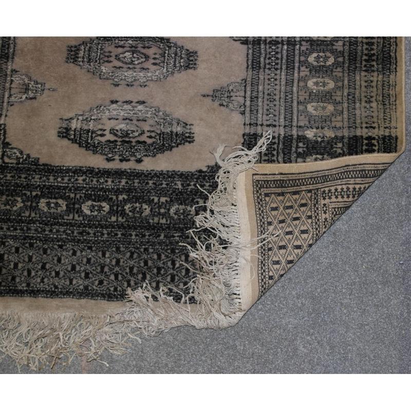 tapis fond beige et d cor gris sur moinat sa antiquit s d coration. Black Bedroom Furniture Sets. Home Design Ideas
