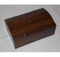 Boîte incrustée de laiton avec pions