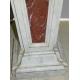 Stèle en bois laqué faux marbre blanc