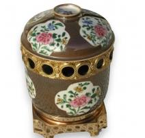 Pot avec couvercle fond brun.