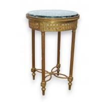 Tisch mitten im Louis XVI-stil.