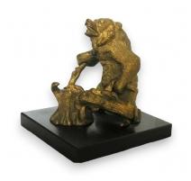 """Sculpture """"Ours"""" sur socle en marbre noir."""