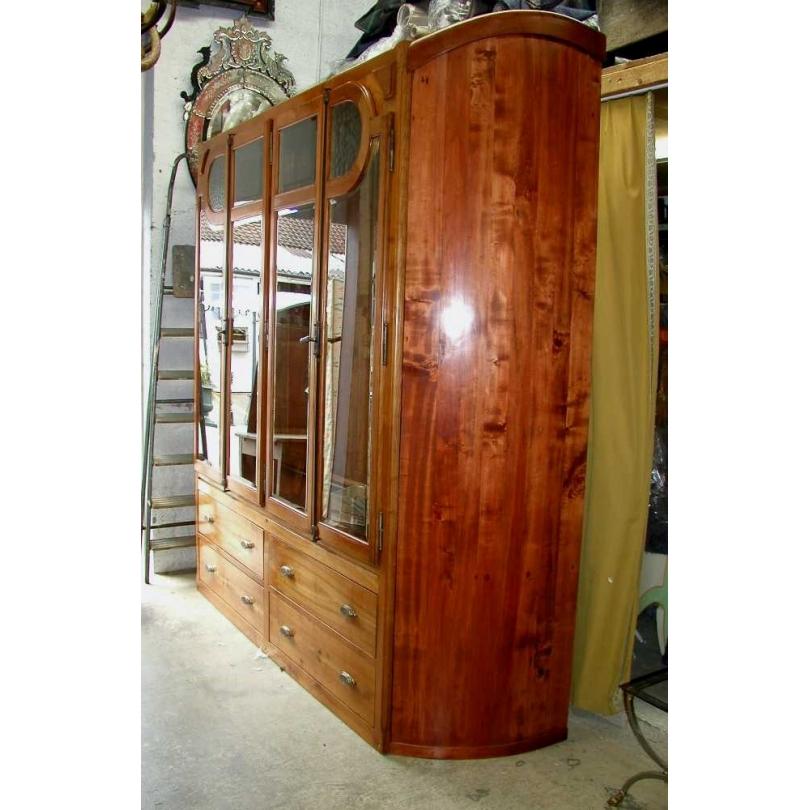 Vitrine partie basse avec portes vitrées.