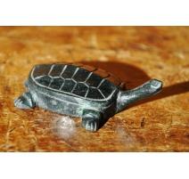 Kleine schildkröte aus stein gehauen