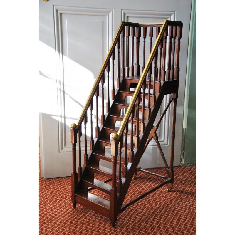 escalier d coratif en acajou et laiton sur moinat sa antiquit s d coration. Black Bedroom Furniture Sets. Home Design Ideas