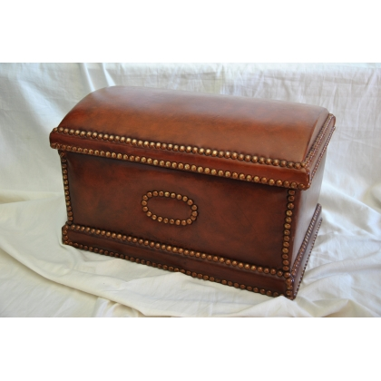 Coffre recouvert en cuir brun foncé