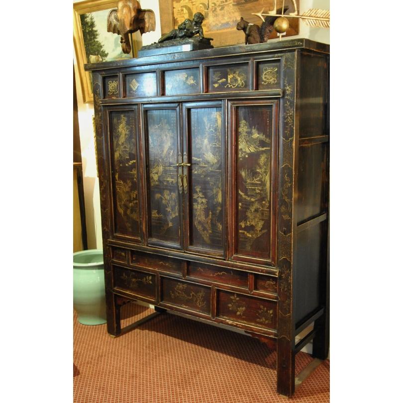 Armoire Chinoise en bois laqué et décor