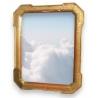 Miroir avec cadre en bois doré.
