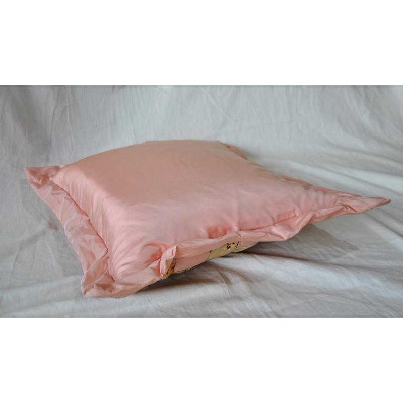coussin en damier de soie rose et cr me sur moinat sa. Black Bedroom Furniture Sets. Home Design Ideas