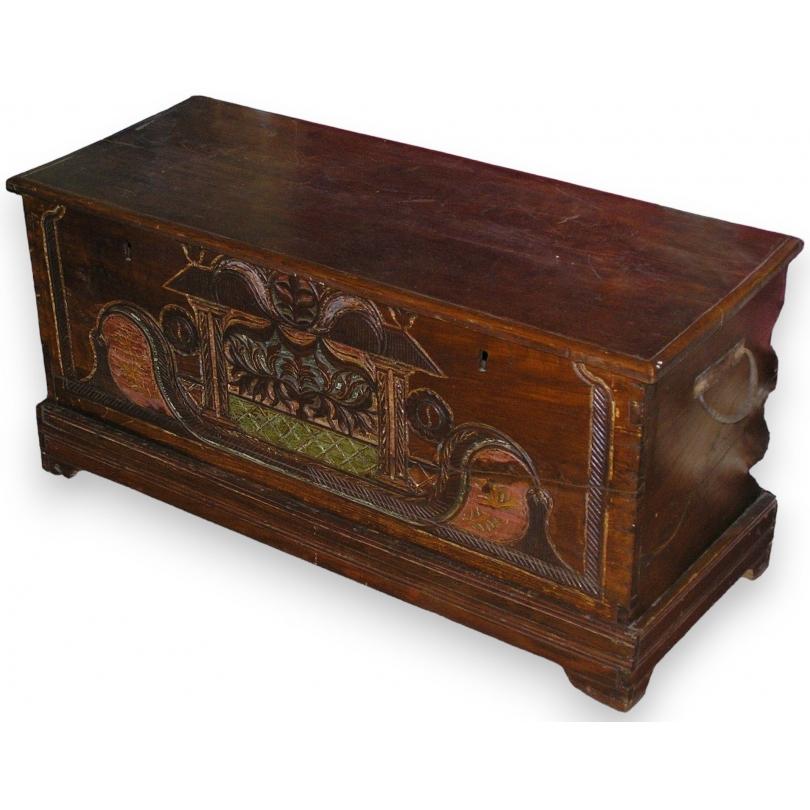 coffre tha en bois sculpt et d cor sur moinat sa antiquit s d coration. Black Bedroom Furniture Sets. Home Design Ideas