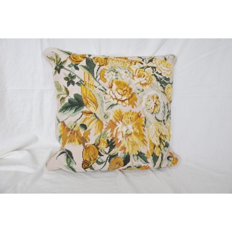 coussin en tapisserie pivoines jaunes sur moinat sa. Black Bedroom Furniture Sets. Home Design Ideas