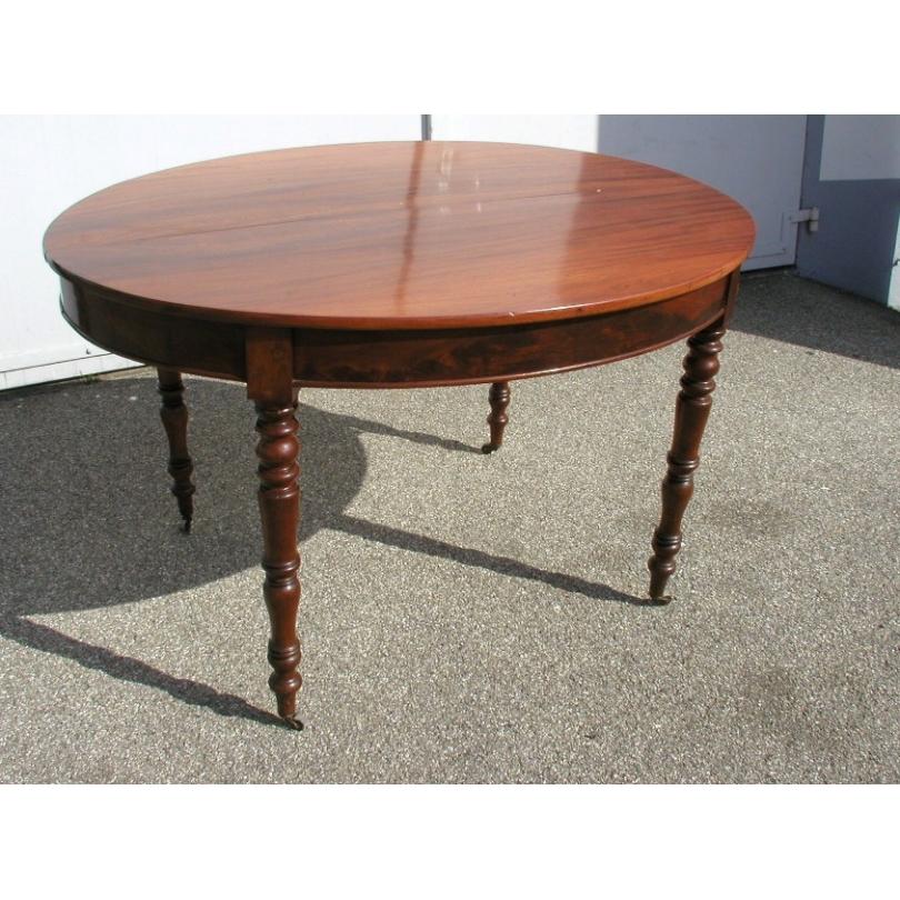 Table de salle à manger ovale avec une rallonge.