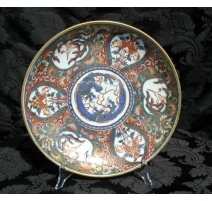 Plat creux, en porcelaine Imari.