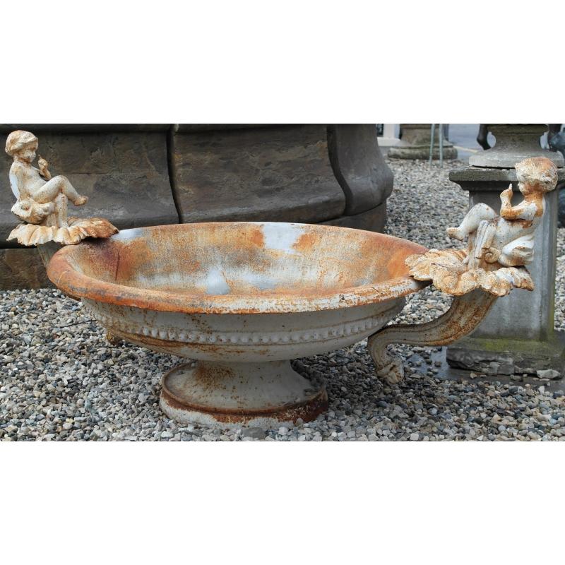 vasque en fonte blanche angelots sur moinat sa antiquit s d coration. Black Bedroom Furniture Sets. Home Design Ideas