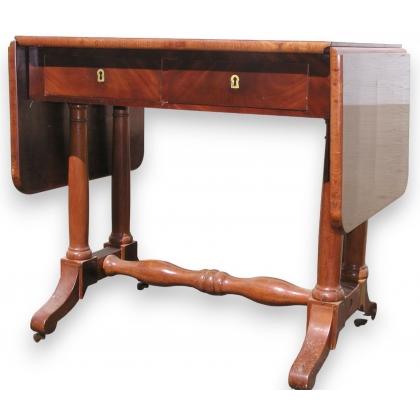 Petite table à thé à abattants avec 2 tiroirs.