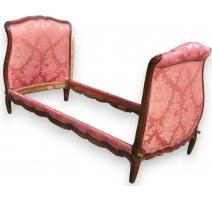 Кровать в стиле Людовика XV, покрытый дамасской розы